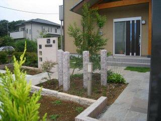 自然石の角柱がある門周り