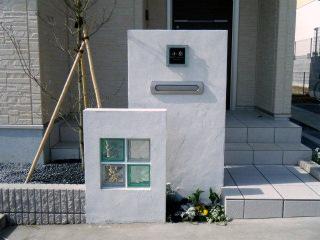 ガラスブロックのあるモダンな門柱