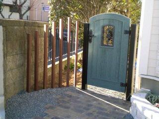 裏庭へと続くおしゃれな門扉