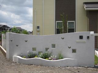 白いRC壁と花壇のセミクローズスタイル