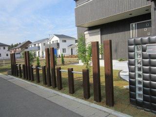 個性的でモダンな門柱のあるオープン外構