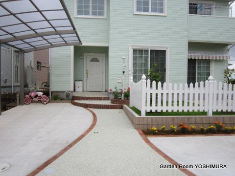 真っ白なフェンスのおしゃれな庭