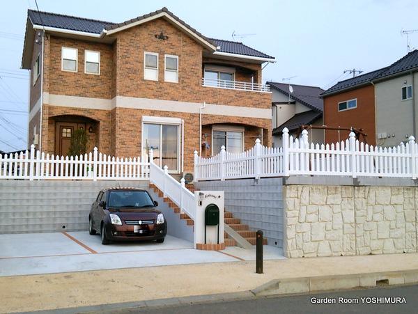 真っ白なフェンスが美しい高台の邸宅