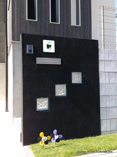 黒い袖壁がモダンな外構 龍ヶ崎市