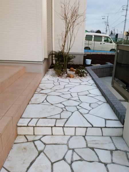 自然石アプローチと洋風の門柱