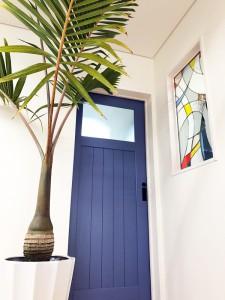 ステンドグラスと青い扉、ヒョウタンヤシなどアイディアがいっぱい