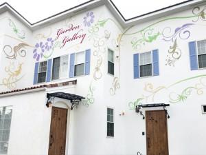 白い漆喰壁に模様が道路からも目立ちます。