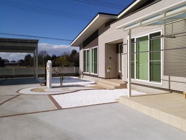 境町O様邸、広い敷地の外構工事施工例。