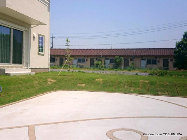 小美玉市O様邸、アプローチ階段と広い駐車場のエクステリア