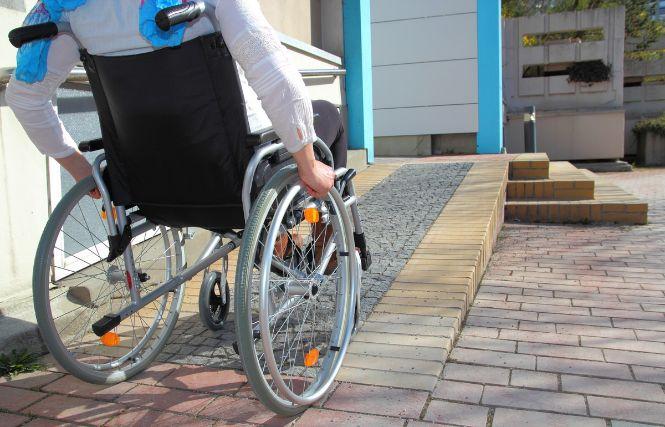 バリアフリーの坂を上る車椅子の人