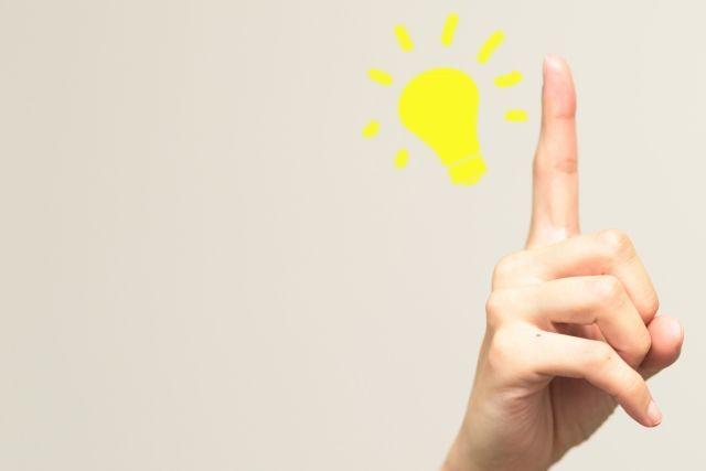 指と電球のイラスト