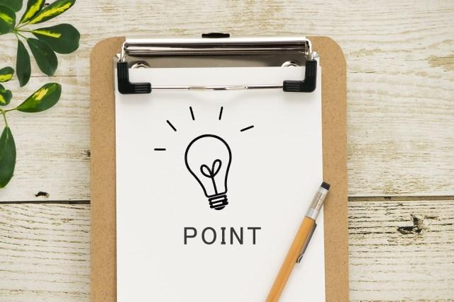 クリップボードに挟まれたpointの文字と電球が描かれた紙